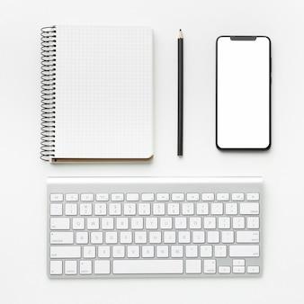 Vista superior da composição da mesa de escritório com telefone