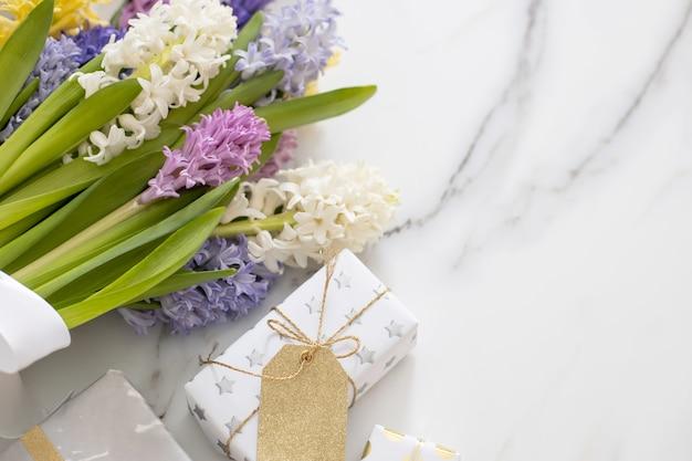 Vista superior da composição da moda com laço de fita para caixas de presente embrulhado festivo e decorado com flores