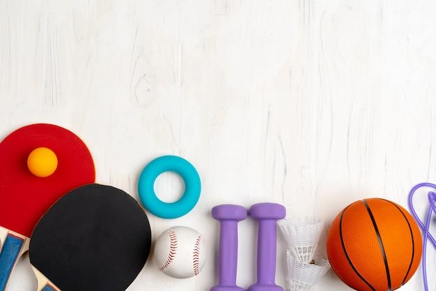 Vista superior da composição de acessórios de esporte