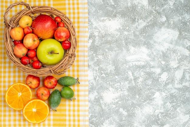 Vista superior da composição de frutas, ameixas e maçãs no espaço em branco