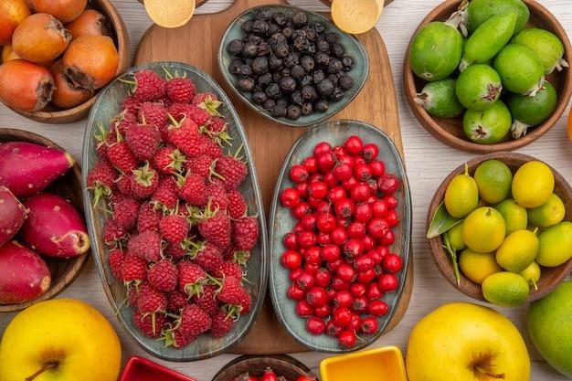 Vista superior da composição de frutas frescas no fundo branco