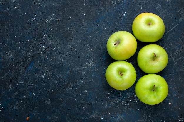 Vista superior da composição de maçãs verdes frescas isoladas no escuro, frutas frescas maduras maduras