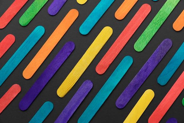 Vista superior da composição de palitos de sorvete coloridos