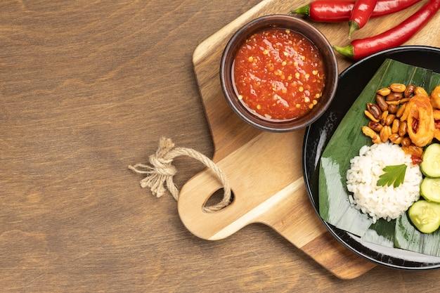 Vista superior da composição de refeição tradicional nasi lemak