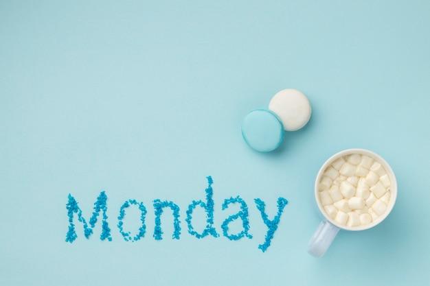 Vista superior da composição de segunda-feira azul com uma caneca