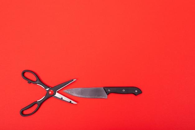 Vista superior da composição de utensílios de cozinha na cozinha em vermelho