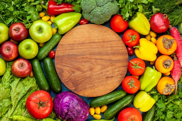 Vista superior da composição de vegetais com frutas frescas na cor azul mesa dieta madura salada vida saudável