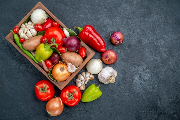 Vista superior da composição de vegetais frescos na mesa escura salada de cor fresca madura