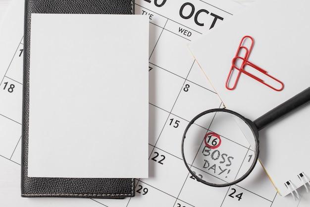 Vista superior da composição do dia do chefe no calendário