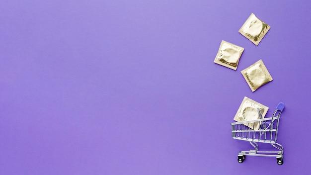 Vista superior da composição do método contraceptivo com pequeno carrinho de compras