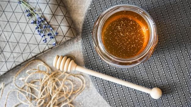 Vista superior da composição na mesa de seu mel de lavanda e flores de lavanda