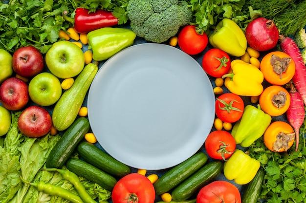 Vista superior da composição vegetal com frutas frescas na mesa azul