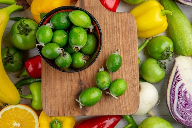Vista superior da composição vegetal com frutas na mesa branca