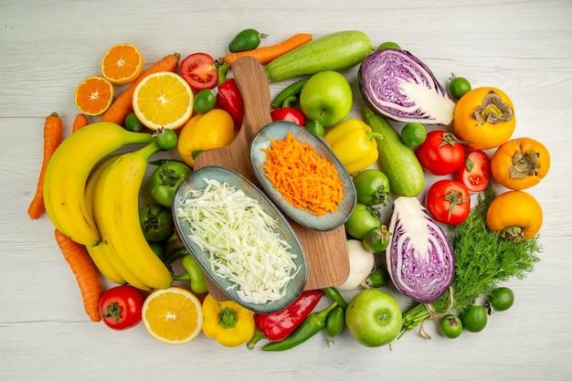 Vista superior da composição vegetal com frutas no fundo branco