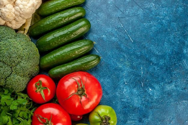 Vista superior da composição vegetal na mesa azul claro