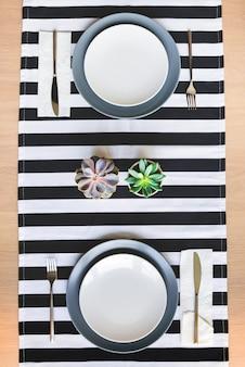 Vista superior da configuração da mesa de natal. uma caixa de presente em um prato.