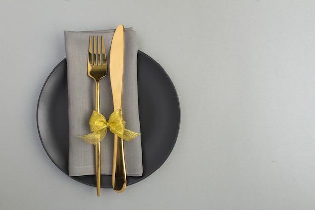 Vista superior da configuração da mesa festiva na placa preta na superfície cinza