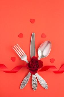 Vista superior da configuração da mesa festiva para o dia dos namorados no vermelho