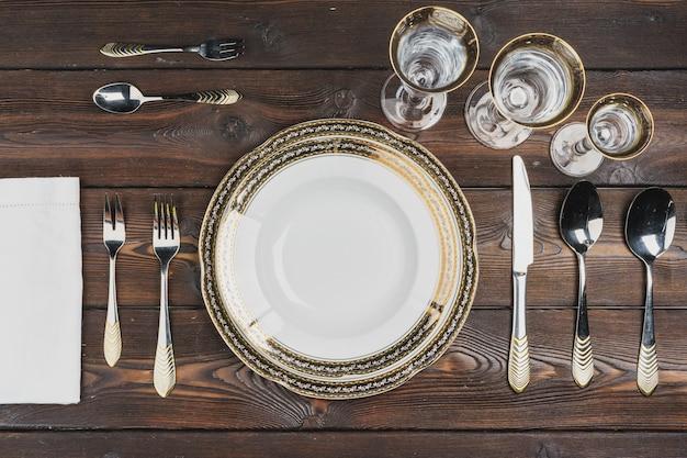 Vista superior da configuração da mesa na superfície de madeira escura
