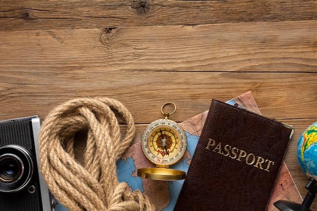 Vista superior da corda, passaporte e bússola