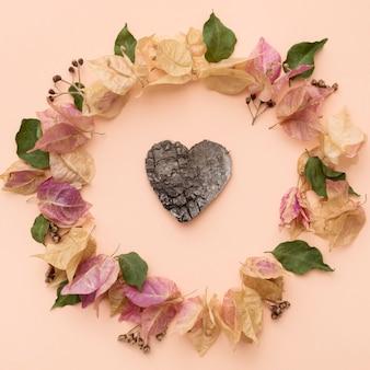 Vista superior da coroa de folhas coloridas de outono com formato de coração