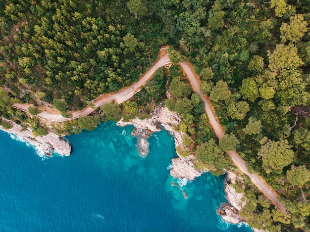Vista superior da costa rochosa do mar adriático cristalino, tiro de drone