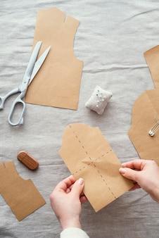 Vista superior da costureira com tecido e tesoura