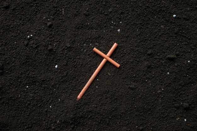 Vista superior da cruz no solo, morte do demônio ceifador