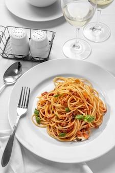 Vista superior da culinária italiana, espaguete à bolonhesa em prato branco simples