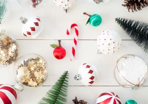 Vista superior da decoração de natal com pinhas, brinquedo de árvore e bolas
