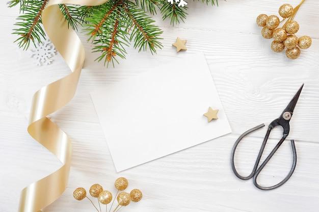 Vista superior da decoração de natal e fita de ouro, flatlay em um branco