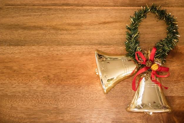 Vista superior da decoração de natal em uma mesa de madeira com espaço de cópia