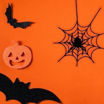 Vista superior da decoração do conceito criativo de halloween em fundo de mesa de papel laranja.