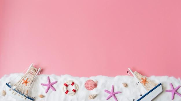 Vista superior da decoração marinha em fundo rosa. conceito náutico.