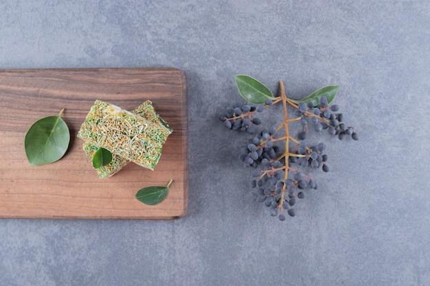 Vista superior da delícia turca rahat lokum com avelãs na placa de madeira