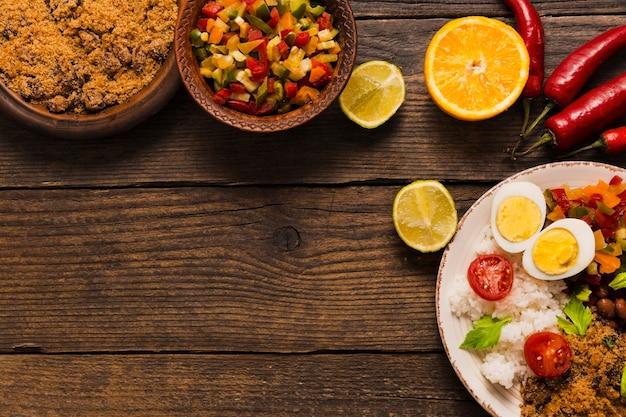 Vista superior da deliciosa composição da comida brasileira com espaço de cópia