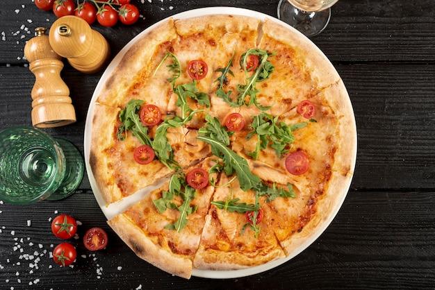 Vista superior da deliciosa pizza na mesa de madeira