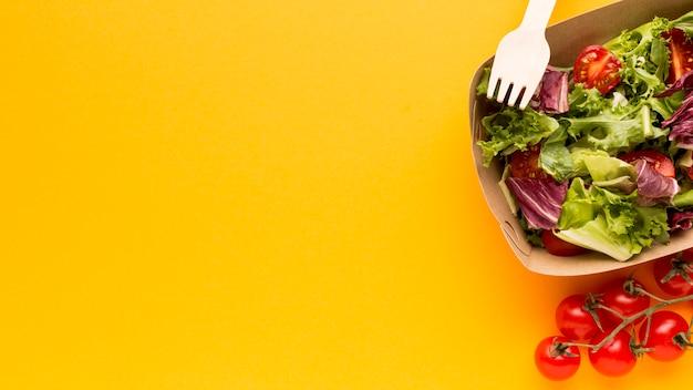 Vista superior da deliciosa salada fresca
