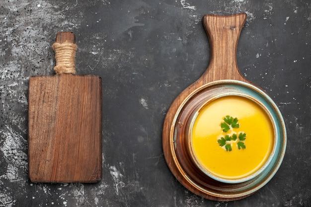 Vista superior da deliciosa sopa de abóbora em uma tigela