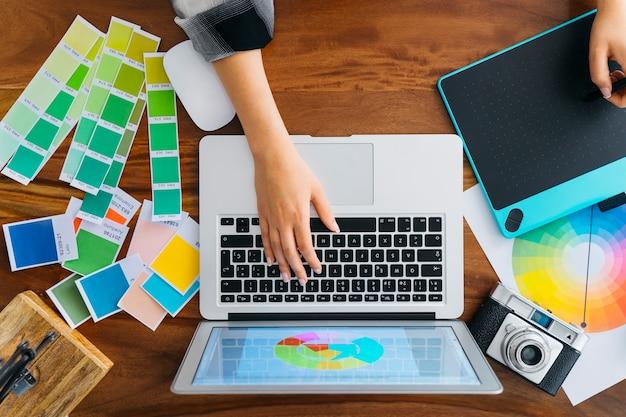 Vista superior da digitação de designer gráfico