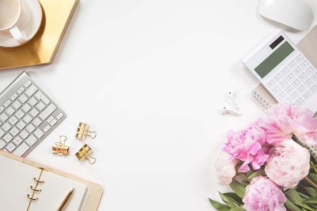 Vista superior da elegante mesa de escritório com flores