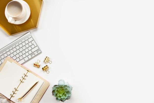 Vista superior da elegante mesa de escritório com planta Foto Premium