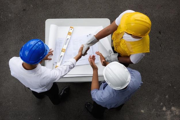 Vista superior da equipe de engenheiros tendo acordo