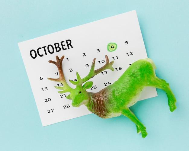 Vista superior da estatueta de veado com calendário para o dia do animal