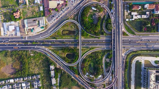 Vista superior da estrada da via expressa, tráfego rodoviário uma infra-estrutura importante