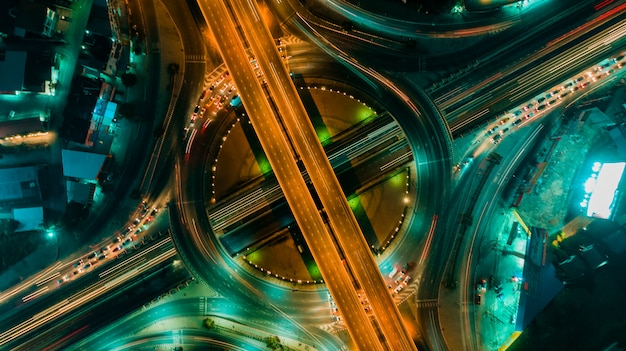 Vista superior da estrada e da rotunda, tráfego da estrada uma infra-estrutura importante em tailândia