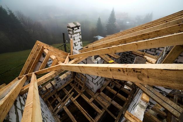 Vista superior da estrutura do telhado de vigas de madeira