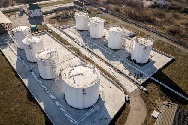 Vista superior da fábrica industrial de refinaria de óleo combustível. recipientes de tanques de metal cilíndricos brancos.