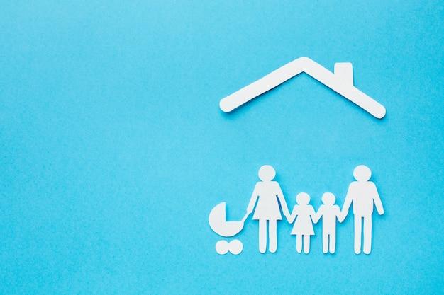 Vista superior da família figura casa conceito