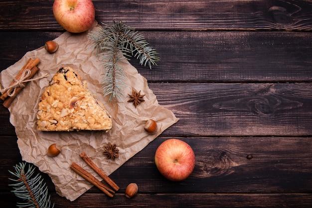 Vista superior da fatia de bolo com maçãs